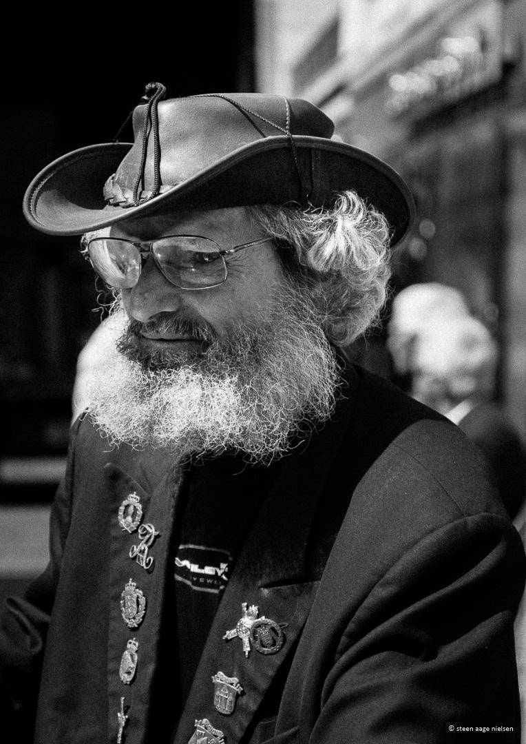 Gadefestival. Portræt af ældre herre s/h